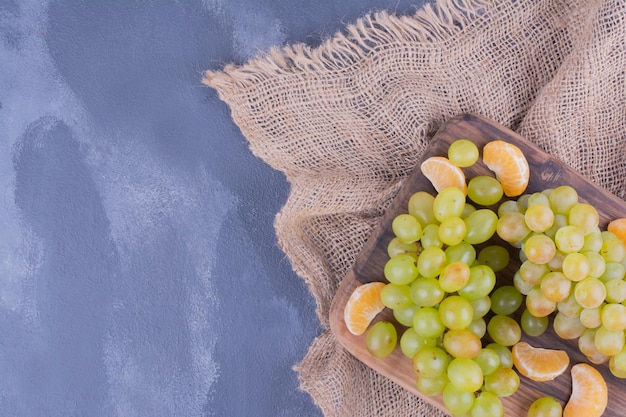 木の板にワイン用ブドウの房。