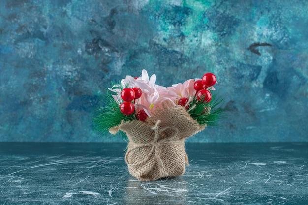 青い背景に、生花の束。