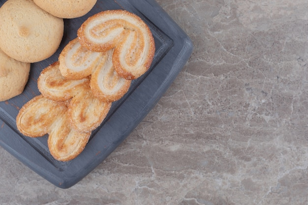 大理石のボード上のさまざまなクッキーの束
