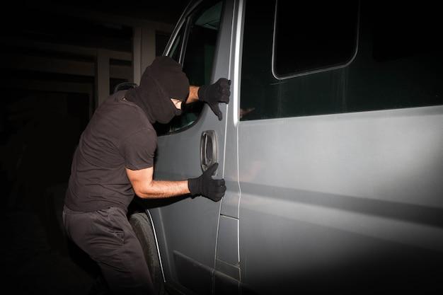Грабитель пытается украсть собственность
