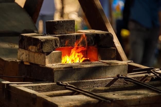 자연의 벽돌로 만든 불타는 대장간
