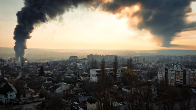 キシナウモルドバ住宅部門の高い黒い煙柱のある燃える倉庫