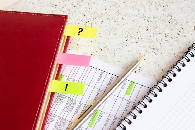 碑文のある色付きのタブが付いたビジネス日記は、財務チャートにあります