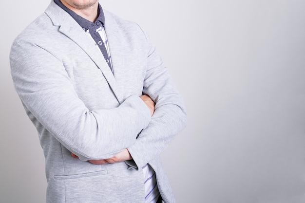 밝은 배경에 밝은 배경에 접힌 손으로 얼굴 없이 밝은 배경에 비즈니스 남자...