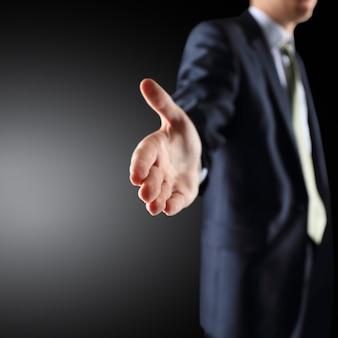 Деловой человек с открытой рукой, готовый заключить сделку