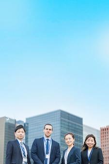 정장을 입은 네 명의 남녀로 구성된 비즈니스 팀