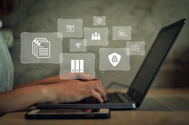 コンピューターを使用してドキュメントをオンラインで管理するビジネスウーマンドキュメント証拠デジタルファイルストレージシステム、ソフトウェア、記録管理データベーステクノロジーファイルアクセスドキュメント共有