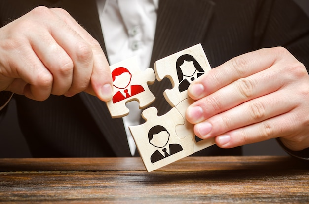ビジネスマンはパズル、従業員のチームを集めます