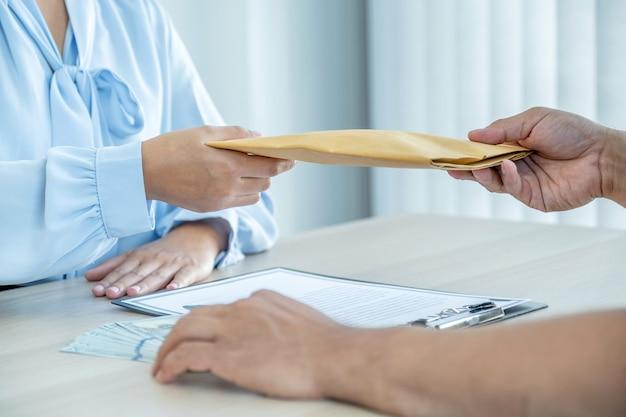 Бизнесмен передал чиновникам взятку для подписания бизнес-соглашения