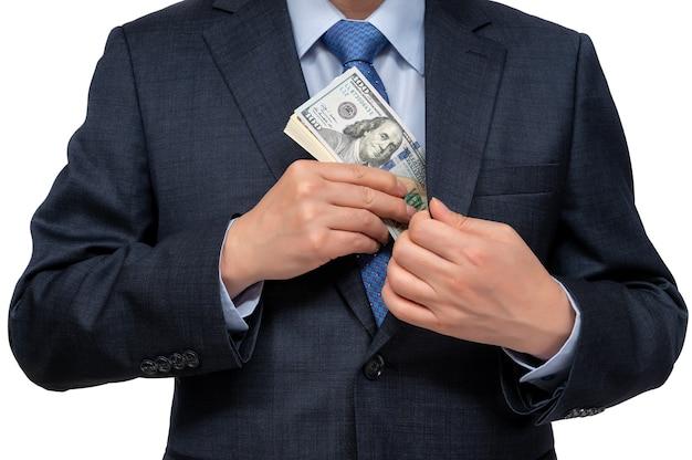 Бизнесмен, держащий в руке доллары сша.