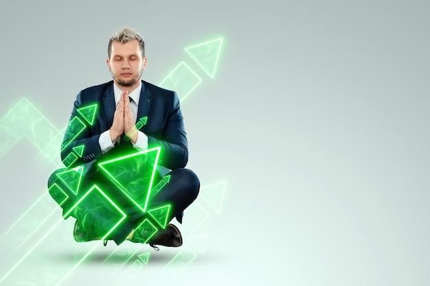 Бизнесмен в деловом костюме ищет возможность на фоне зеленых стрелок, указывающих вверх