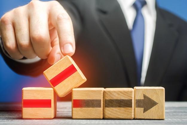ビジネスマンは、作業プロセスを改善するためにコンポーネントをインストールします