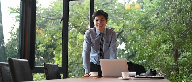 Бизнесмен стоит в конференц-зале на открытом воздухе