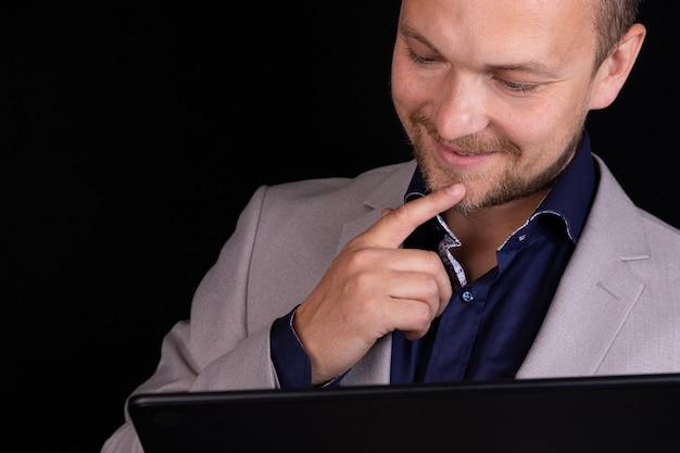 사업가 검정색 배경에 그의 디지털 태블릿에 노력하고 있습니다. 비즈니스 개념, 아이디어.
