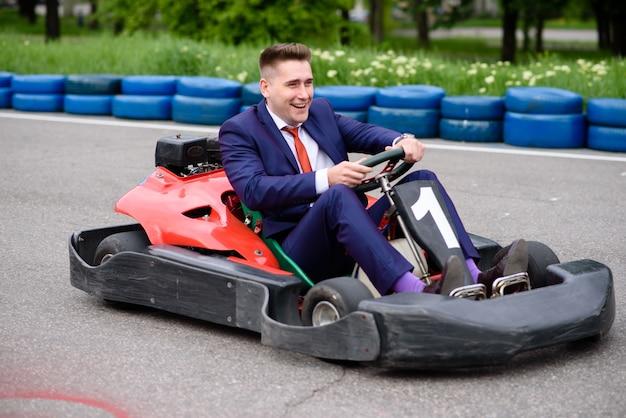Бизнесмен смеется и водит машину