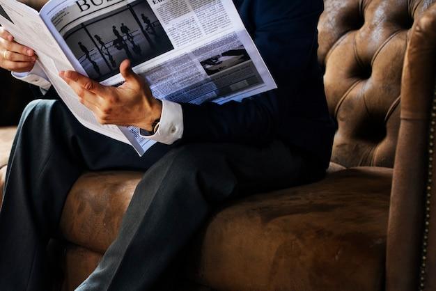 ビジネスマン、読書、新聞