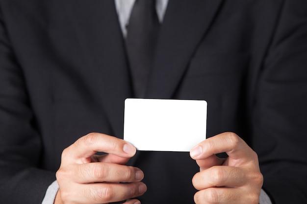 그의 이름 카드를 보여주는 사업가.