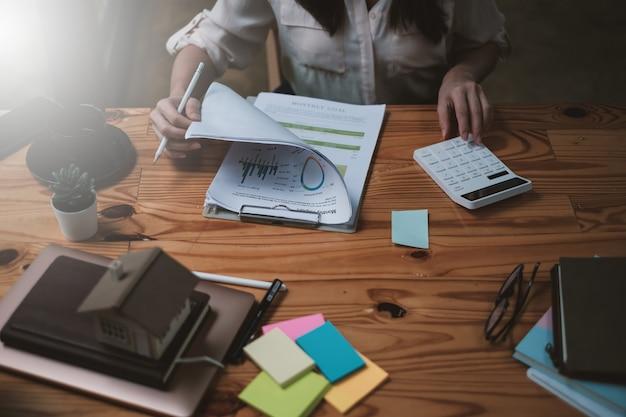 한 사업가가 준비를 위해 재무 차트를 검사합니다. 비즈니스 펀드에 대한 투자 개념입니다.
