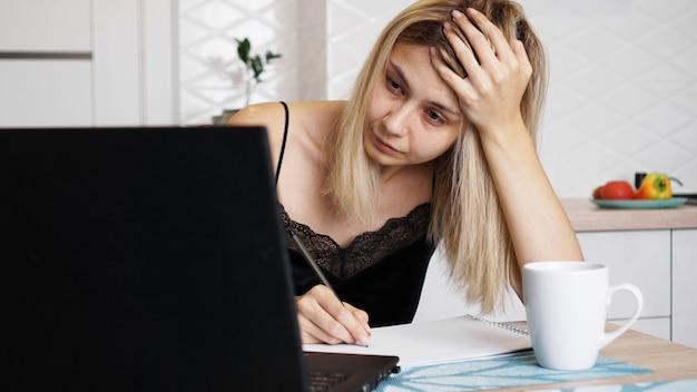 Деловая женщина работает дома или обучает ученика на своем ноутбуке