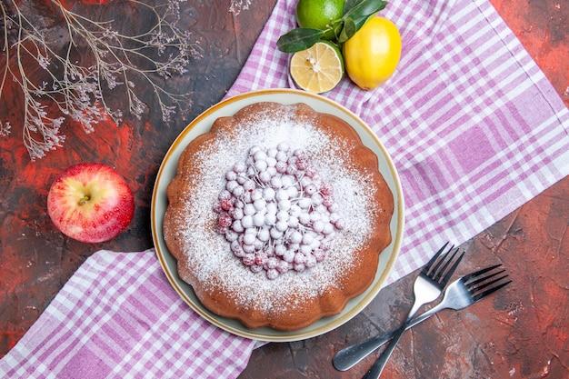 케이크 딸기가 있는 식욕을 돋우는 케이크는 식탁보에 감귤류 과일을 남긴다
