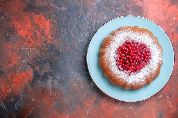 케이크 접시에 붉은 건포도를 곁들인 식욕을 돋우는 케이크