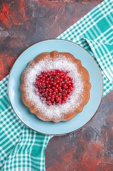 케이크 흰색 파란색 식탁보에 붉은 건포도를 곁들인 식욕을 돋우는 케이크