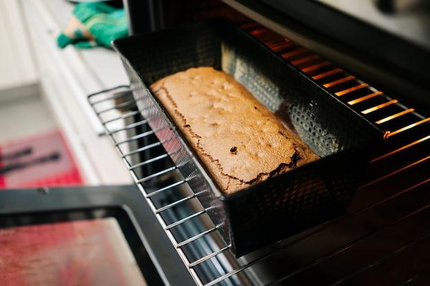 家の台所のオーブンで焼きたてのケーキ