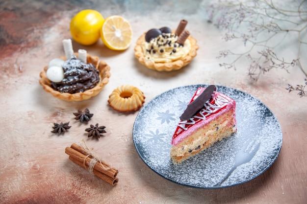 Торт тарелка пирога палочки корицы лимон звездчатого аниса печенье кексы