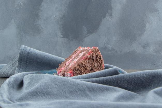 대리석 식탁보에 중첩 된 플래터에 케이크 조각.