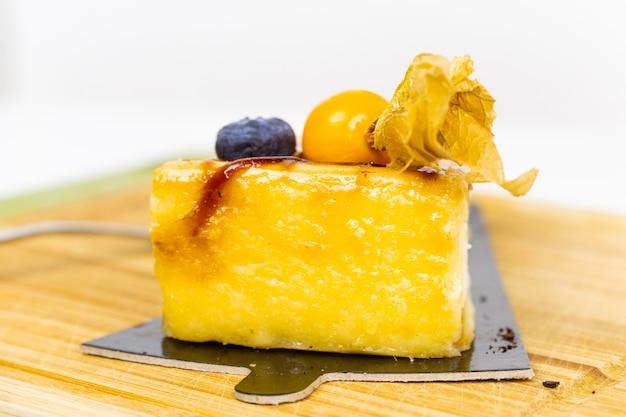 オレンジゼリーのアイシングとベリーをのせたケーキ
