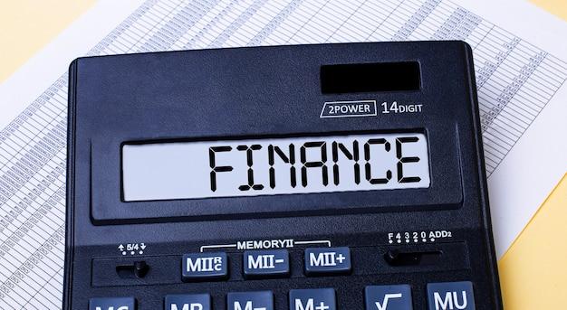 レポートの近くのテーブルには、financeというラベルの付いた計算機があります。財務コンセプト。