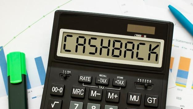 Калькулятор с надписью save лежит на финансовых документах в офисе.