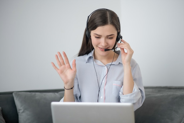 自宅で仕事をしてビデオ通話をしているコールキャンターオペレーター