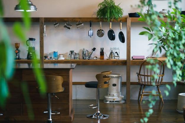 Спокойный интерьер и кухонное пространство с лиственными растениями