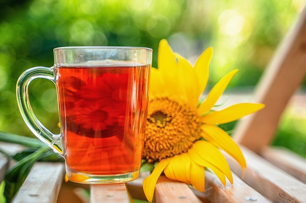 夏にはお茶と花のマグカップで庭の穏やかな快適な静物