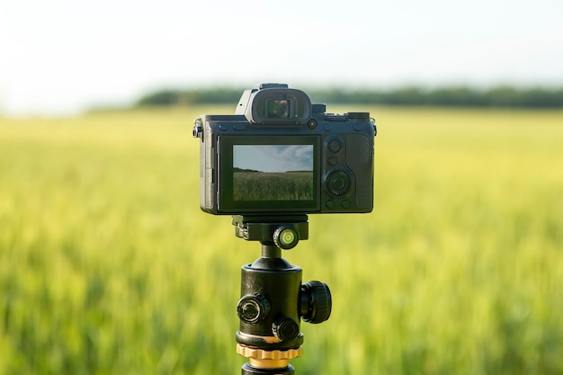 삼각대에 렌즈가 장착된 카메라로 자연 촬영 및 영화 촬영에서 사진이나 동영상을 찍을 수 있습니다.