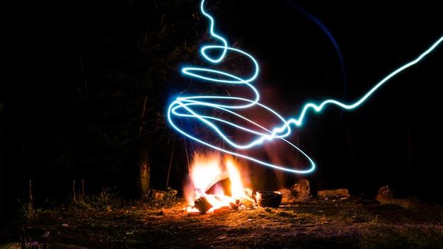 キャンプファイヤーと光