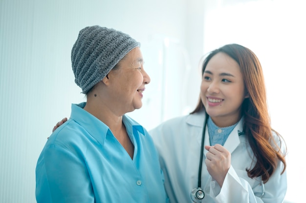 화학 요법 상담 후 머리 스카프를 착용하고 병원에서 의사를 방문한 암 환자 여성