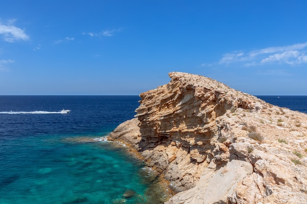 Мыс пунта галера, входящий в бирюзовое море. ибица, балеарские острова. испания