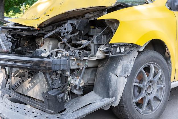 인도에서 심각한 사고 후 택시 서비스의 차가 서 있습니다.