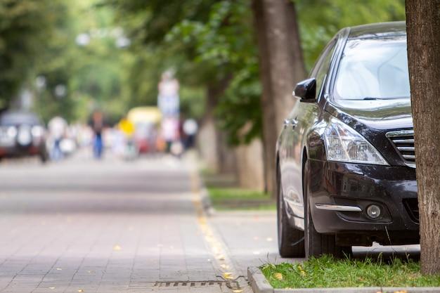 주차장 길가 쪽 연석 근처에 주차 된 차.