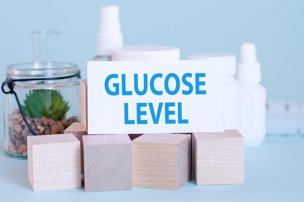 Карточка с надписью glucose level на лекарствах и деревянных кубиках, синий, выборочный фокус