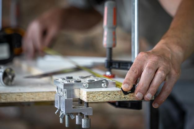 その過程で大工、木材を精密に穴あけするためのプロのツール。