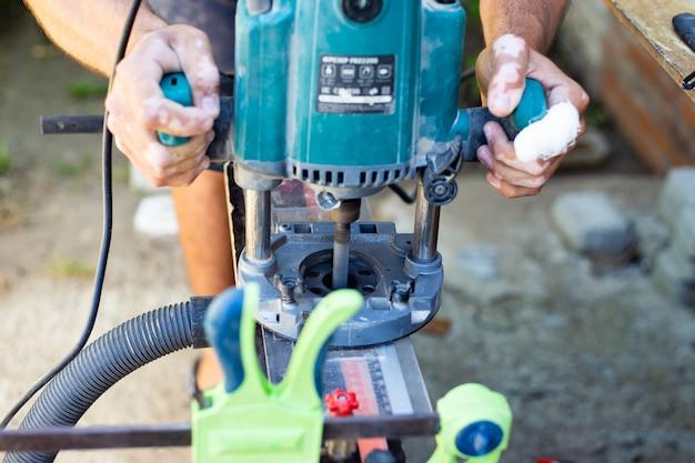 大工は木工用フライス盤で作業します。木工用のプロのツール。