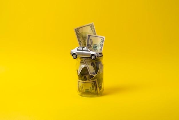 새 차 구매, 간단한 아이디어 개념, 달러 지폐에 대한 현금 비용 절감