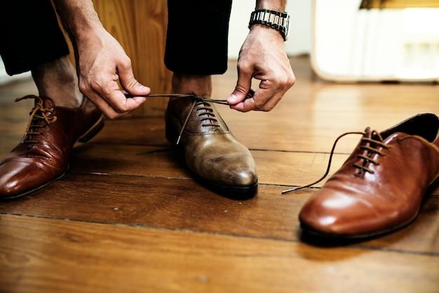 カジュアルな男が新しい革靴を試着しています