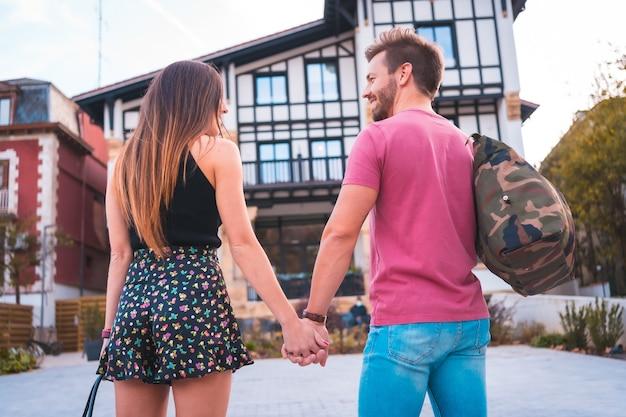 ロマンチックな休暇のためにホテルに到着した白人カップル。夏のライフスタイル