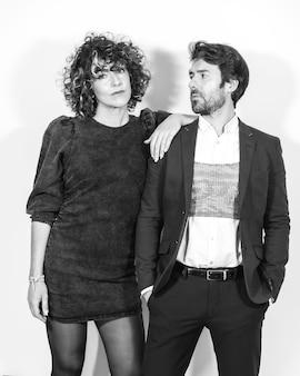 Кавказская пара в черно-белой модной фотосессии в день святого валентина