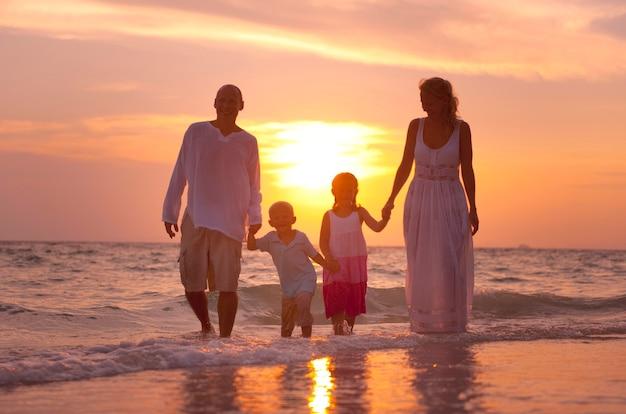 백인 가족이 여름 휴가를 즐기고 있다