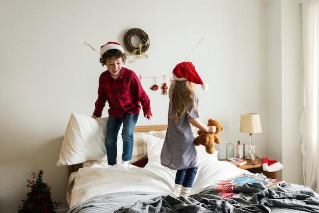Кавказские братья и сестры наслаждаются рождественским праздником